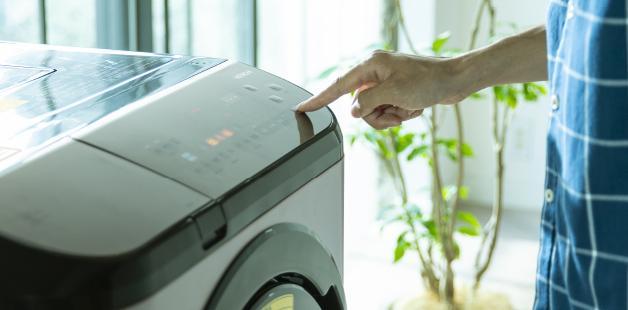 Bạn không cần phải cân chất tẩy rửa.  Ngay cả khi bạn không quen với việc giặt giũ, chỉ cần nhấn một nút.