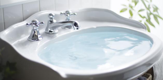 水の硬度が低く、水温が高いときは、洗剤量を少なく表示、洗濯時間も短縮します。
